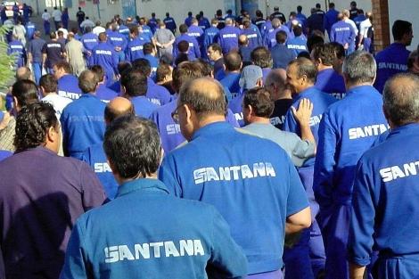 Trabajadores de Santana Motor, camino del tajo. | EM