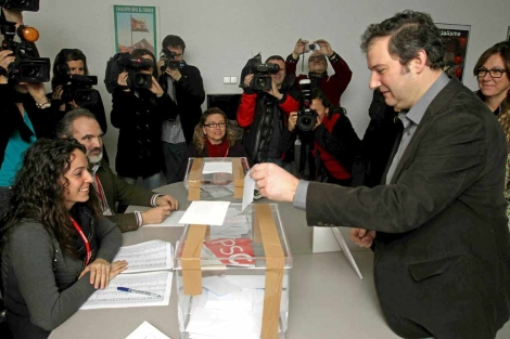 El alcalde, Jordi Hereu, deposita su voto en Les Corts. | Efe