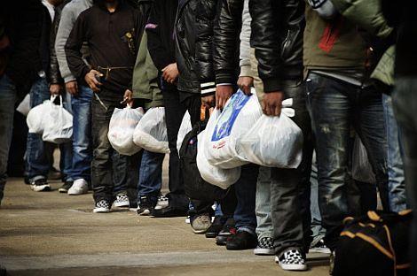 Una cola de inmigrantes ilegales en Lampedusa. | Afp