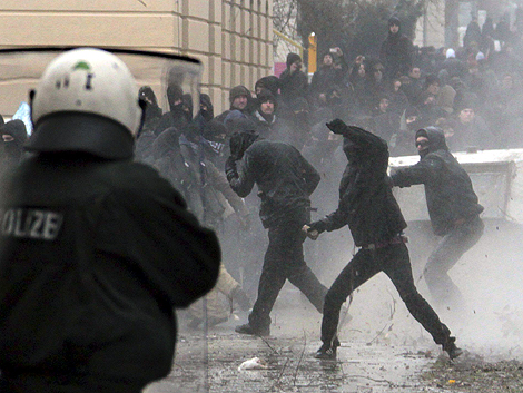 Enfrentamientos de antifascistas y agentes.   Efe
