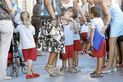 Varias madres con sus hijos, en un colegio de Valencia.   J. Cuéllar
