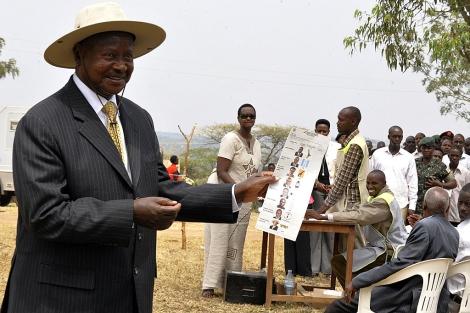 Museveni, con su papeleta para votar, el 18 de febrero. | Afp