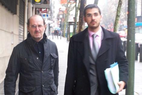 Di Stefano (izquierda) junto a su abogado.