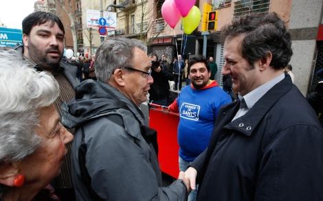 Hereu visitando el barrio de Sants el domingo tras su victoria.| Antonio Moreno
