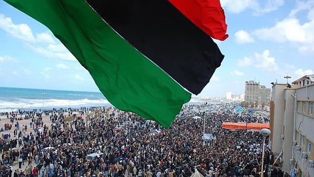 Imagen colgada en Facebook por los manifestantes de Bengasi, con una bandera nacional previa a la 'era Gadafi'. | Reuters