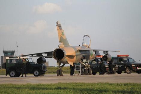 Uno de los caza libios que ha aterrizado en el aeropuerto internacional de Malta. | Afp