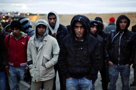 Varios inmigrantes esperan en la isla de Lampedusa,| afp