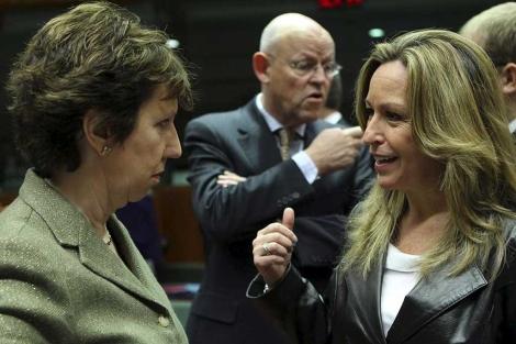 Catherine Ashton escucha a Trinidad Jiménez. | Reuters