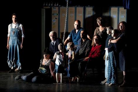 La compañía vallisoletana Rayuela durante una representación de 'Dogville'. | Ical