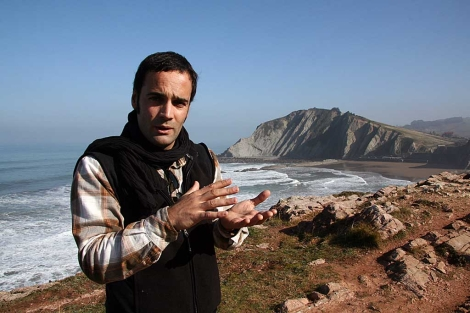 El director científico del Biotopo Litoral Deba-Zumaia, Asier Hilario, en los acantilados de Zumaia. | Pedro Cáceres