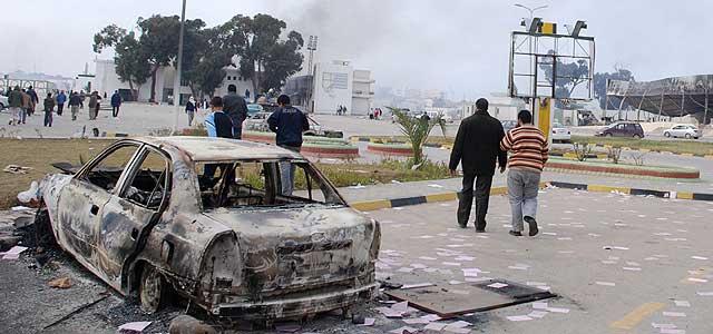 Un coche quemado en Benghazi, al noreste de Libia, tras las protestas de los manifestantes. | Ap