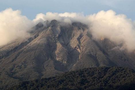 El volcán Bulusan, al este de Filipinas, entró recientemente en erupción. | Reuters.