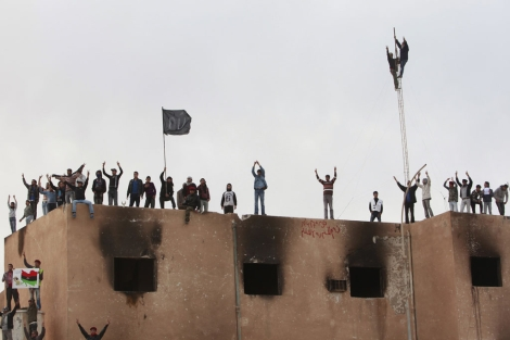 Manifestantes anti Gadafi han tomado el ayuntamiento de la ciudad de Tobruk.| Reuters