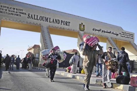 Numerosos egipcios abandonan Libia con todas sus pertenenecias. | Efe