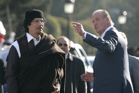 Don Juan Carlos I junto a Muamar Gadafi en su visita a Libia. | Diego Sinova