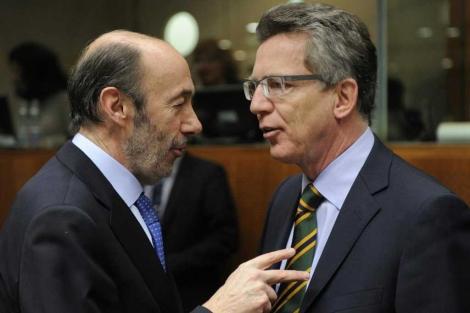 El ministro Rubalcaba (izqda.), con su homólogo alemán, en Bruselas. | Afp