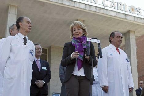 Esperanza Aguirre comparece ante los medios al recibir el alta. | Efe