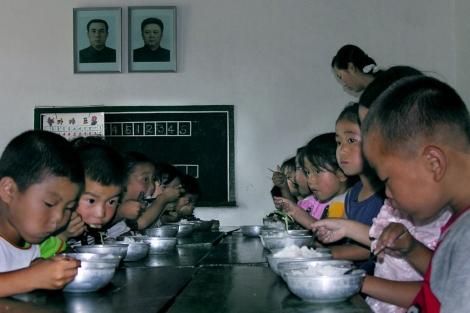 Niños norcoreanos comen arroz donado por Corea del Sur.  Gerald Bourke