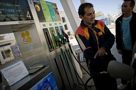 Imagen de una gasolinera en Cádiz. | Afp
