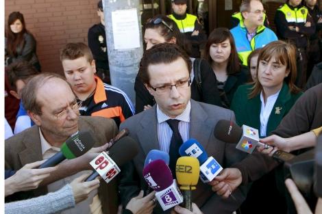 Fernández-Lasquetty y Robles a la salida del centro de salud. | Efe