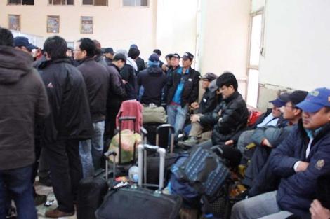 Trabajadores surcoreanos llegan a Egipto tras escapar de Libia.| Efe