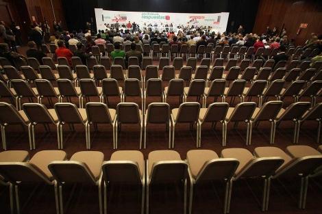 Bajo el lema 'Por fin respuestas', el Comité Director del PSOE-A en un auditorio casi vacío. | F. Ruso