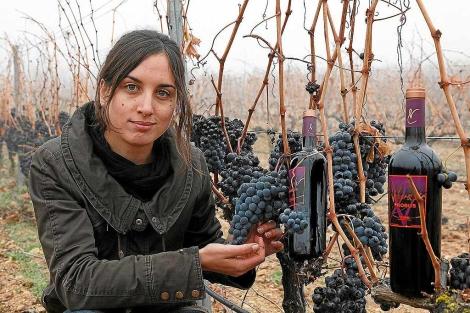 María Alfonso, enóloga de la bodega, posa en el viñedo. | J.F. Gamazo
