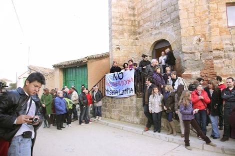 Algunos de los vecinos que se manifestaron en contra del vertedero. | M. Brágimo