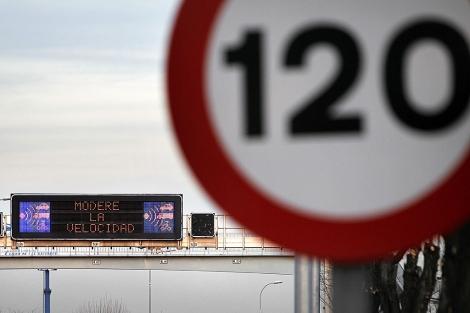 Una señal advierte de un control radar de velocidad en una autopista. | Alberto di Lolli