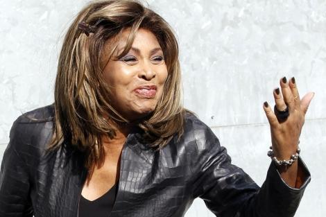 La cantante Tina Turner saluda a su llegada.| Reuters