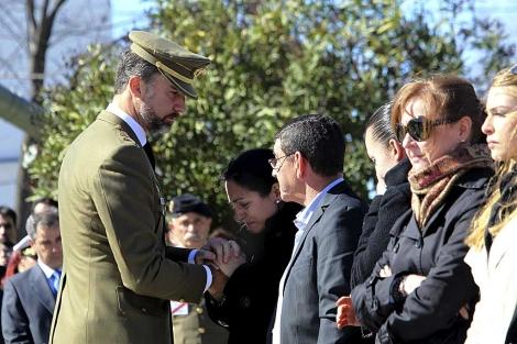 Don Felipe da el pésame a los familiares de los fallecidos. | Efe