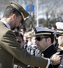El Príncipe saluda al militar herido.