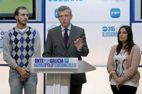 Javier Dorado (izquierda) junto a Alfonso Rueda y la candidata de NNGG Beatriz Jurado. | Efe