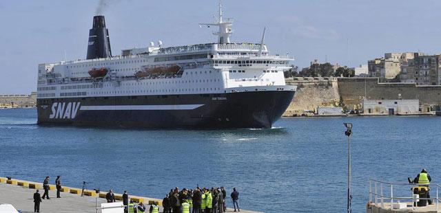 Un ferry llega a Malta con evacuados de distintas nacionalidades.| Efe