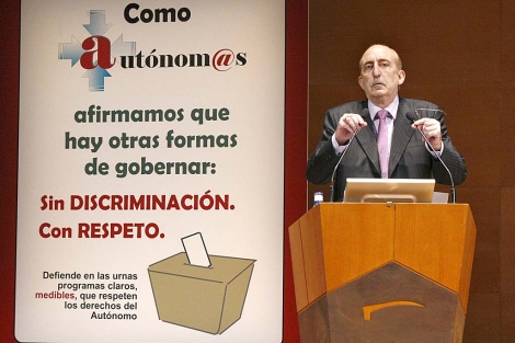 El secretario general de los hosteleros vascos, Ángel Gago, en su intervención.   Efe