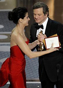 Bullock le entrega su premio a Firth. | Reuters