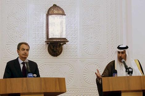 Zapatero, en Doha, con el primer ministro qatarí Hamad bin Jaber Al Thani. | Efe
