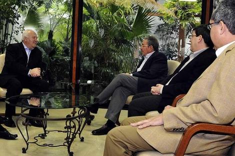 Moratinos y Raúl Castro, durante su encuentro.   Efe