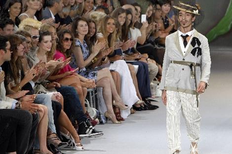 El modisto británico, tras un desfile el pasado verano. | Ap