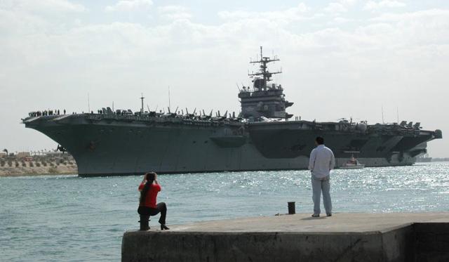 El portaaviones de EEUU Enterprise en el Canal de Suez rumbo a Mediterráneo. | Efe