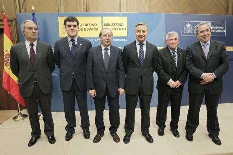 El ministro de Fomento José Blanco, con los alcaldes de las localidades del sur de Madrid. | Efe