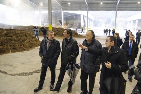José Luis Bilbao e Iñaki Azkuna visitan las instalaciones de Konpostegia. | Patxi Corral