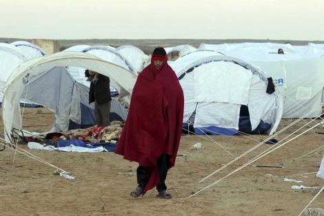Un refugiado egipcio en el campamentodel paso fronterizo de Ras Jdir.| Efe