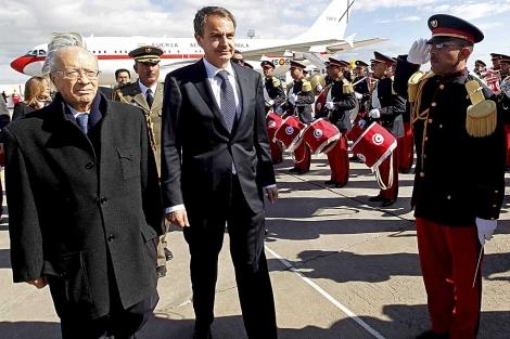 El primer ministro, Beji Caid Essebsi, acompaña a Zapatero a su llegada a Túnez. | Efe