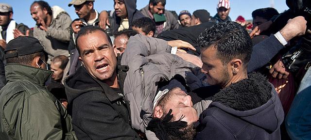 Un ciudadano egipcio herido es evacuado en la frontera de Libia con Túnez.   Ap
