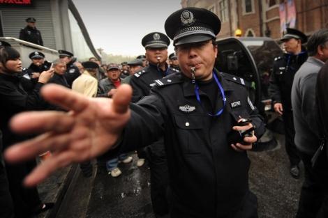 Un policía durante una manifestación a favor de la 'Revolución de los jasmines'.   Afp
