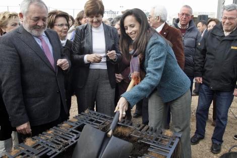 Beatriz Corredor coloca la primera piedra de la promoción para mayores. | Madero Cubero