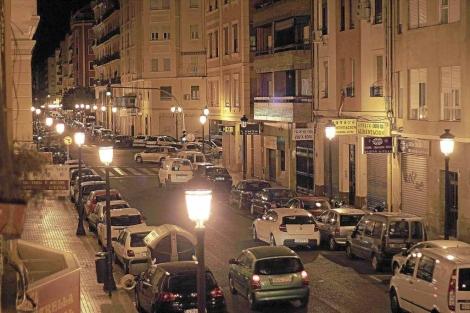 Alumbrado en una calle de Valencia.   Cristóbal Toledo