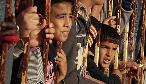 Un grupo de niños protesta contra Gadafi en Bengasi.   Reuters