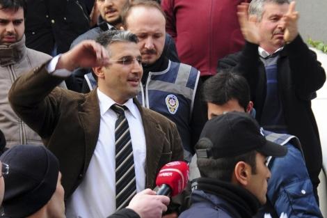 El periodista Nedim Seder es detenido en Istanbul. | Reuters
